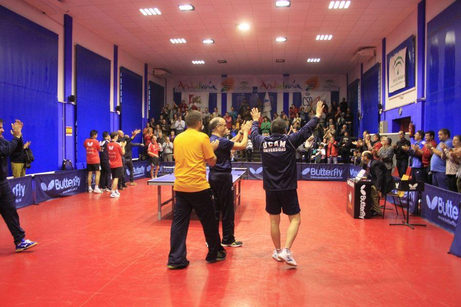Los dos equipos recibiendo el aplauso del público (Foto: Antonio García)