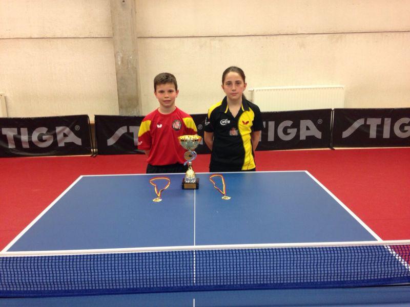 Daniel Berzosa y Elvira Rad posando con los trofeos logrados.