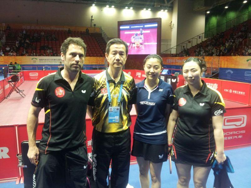 Yanfei con su compañera en dobles y el su entrenador español, Daniel Torres.