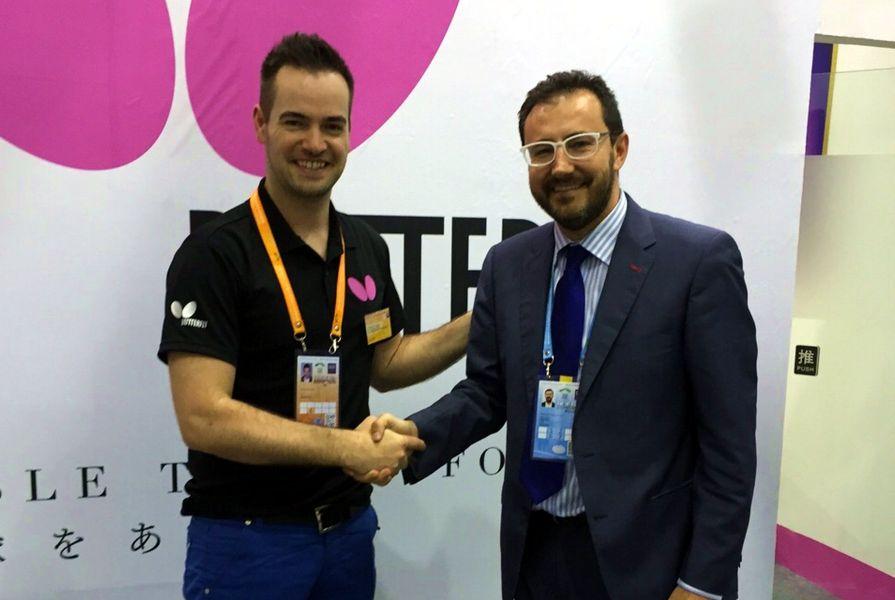 Sebastian Rangs, Export Sales Director Tamasu Butterfly Europa, y Miguel Ángel Machado, Presidente de la RFETM.