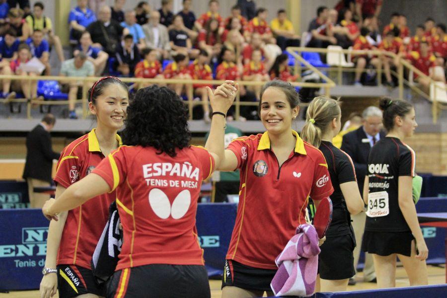 Escartín y Zhang celebrando la victorias con la entrenadora Jessica Hernández