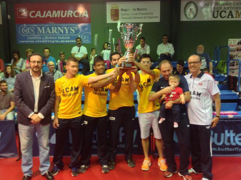 El UCAM Cartagena con la copa de Campeones de Liga.
