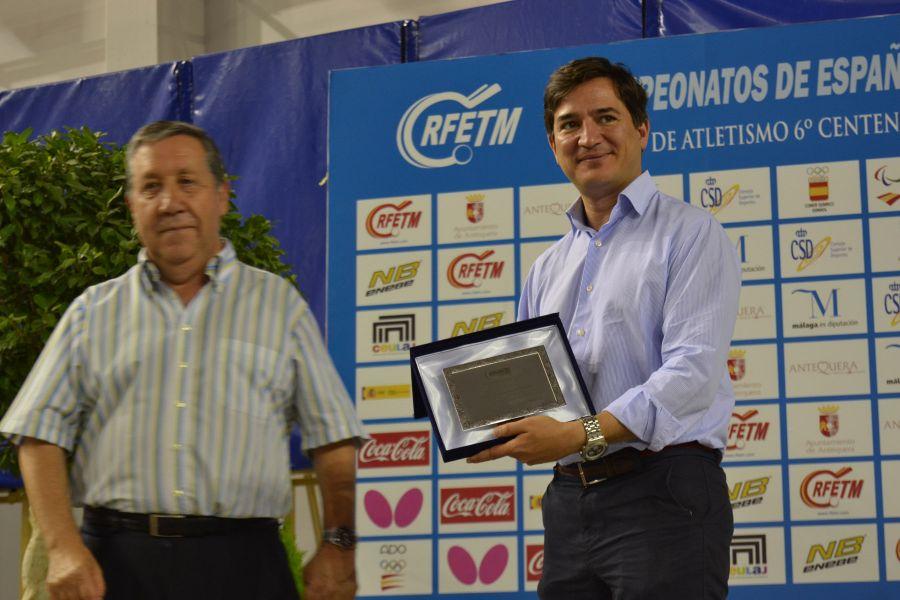 Placa de agradecimiento entregada a la Diputación de Málaga. (Foto: Leo Ruiz)