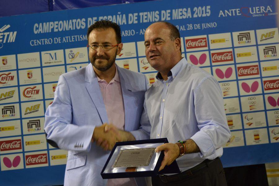 Placa de agradecimiento entregada al Ayuntamiento de Antequera. (Foto: Leo Ruiz)