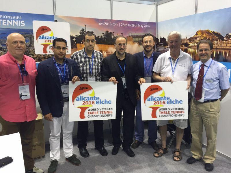La delegación española con miembros del SCI en el stand de Alicante-Elche 2016.