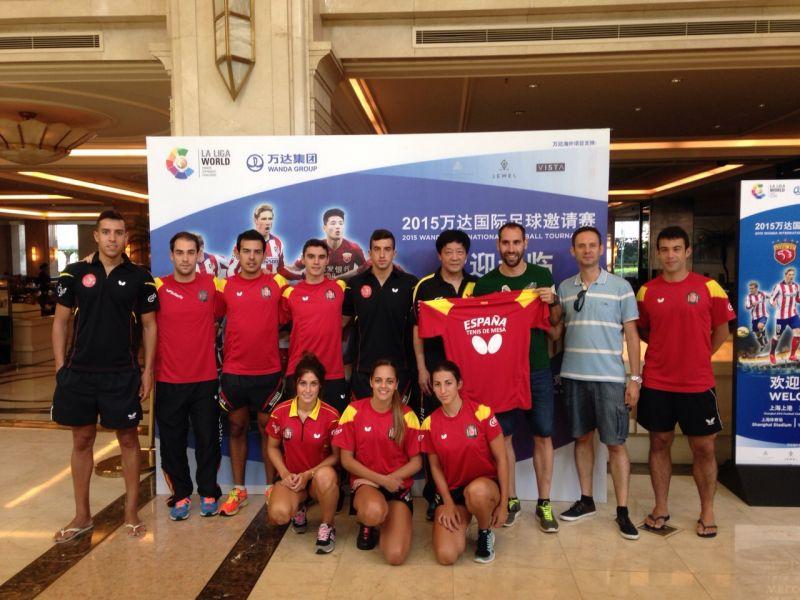 Entrega de una camiseta de la selección a Ander Mirabell de La Liga World Challenge