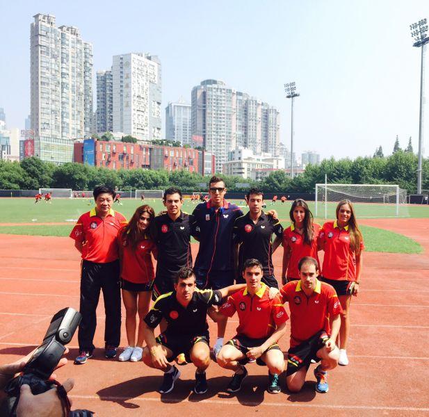 El equipo de la RFETM en el campo de entrenamiento del Atlético de Madrid. (Foto: LaLiga)