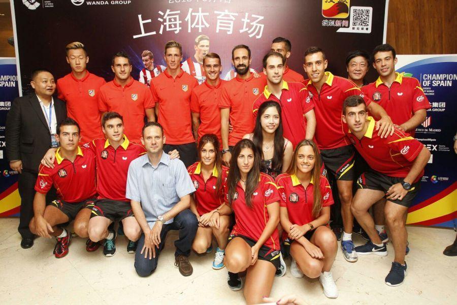 Jugadores de la RFETM con algunos jugadores del Atlético de Madrid. (Foto: @LaLiga)