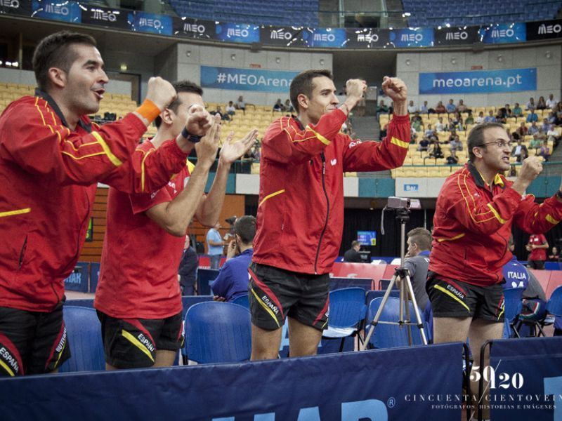 El banquillo español animando. (Foto: CINCUENTACIENTOVEINTE)