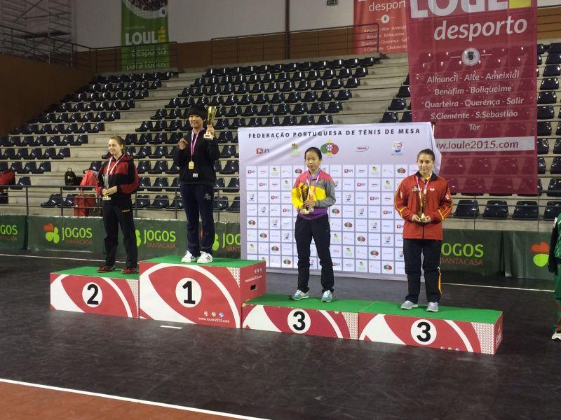 Alba Fernández en el podio. (Foto: Aitor Puig)