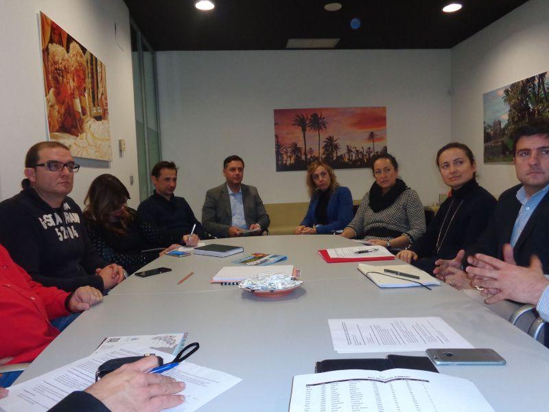 En el Centro de Congresos de Elche, con Fernando Durá, Concejal de Turismo, y miembros del Departamento de Turismo y de Deportes del Ayuntamiento de Elche.