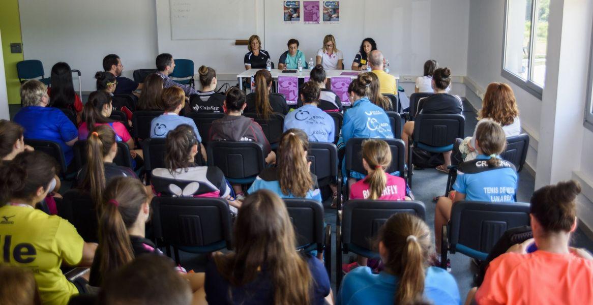 Momento de la charla de hoy. (Foto: Álvaro Díaz)
