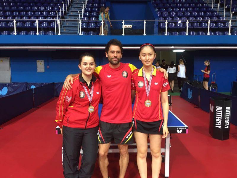 Sofía-Xuan Zhang y Ana García, con Daniel Torres.