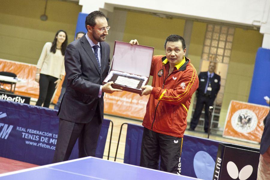 Miguel Ángel Machado entregando una placa de la RFETM a Juanito. (Foto: Jordi Mesa 50/120)