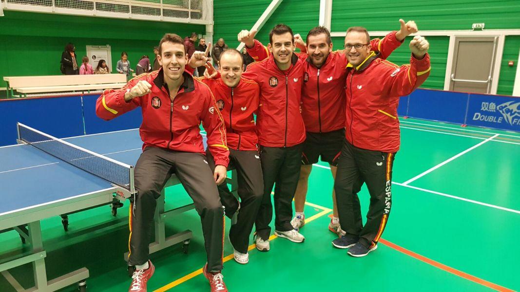 El equipo español al término del partido en Bulgaria.