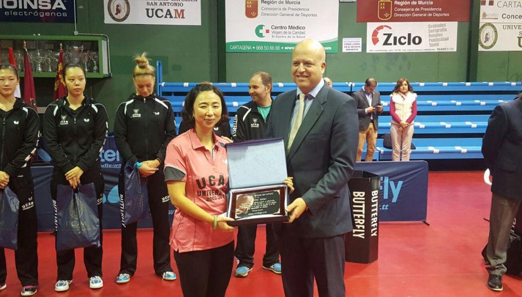 Pablo Rosique, Director General de Deportes de la UCAM, entregando la placa a Yanfei Shen. (Foto: @UCAM_Deportes)