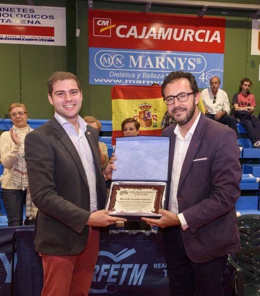 Miguel Ángel Machado, presidente de la RFETM, entrega una placa a Ricardo Segado, Concejal de Deportes del Ayto. Cartagena