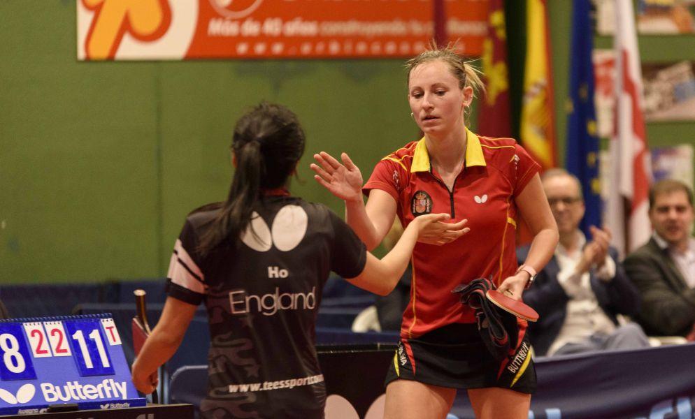 Galia Dvorak y Tin-Tin Ho, al termino del segundo punto del partido entre España e Inglaterra