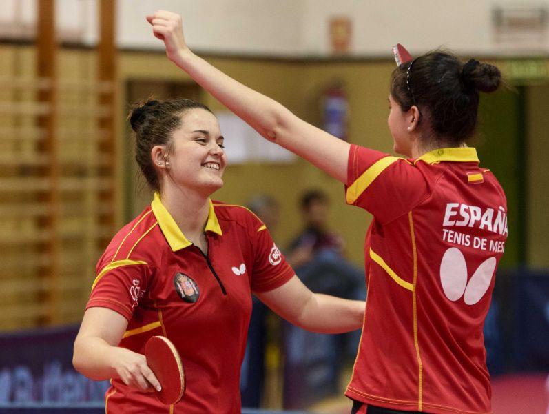 Ana García y Claudia Caymel celebran la victoria ante Puerto Rico.