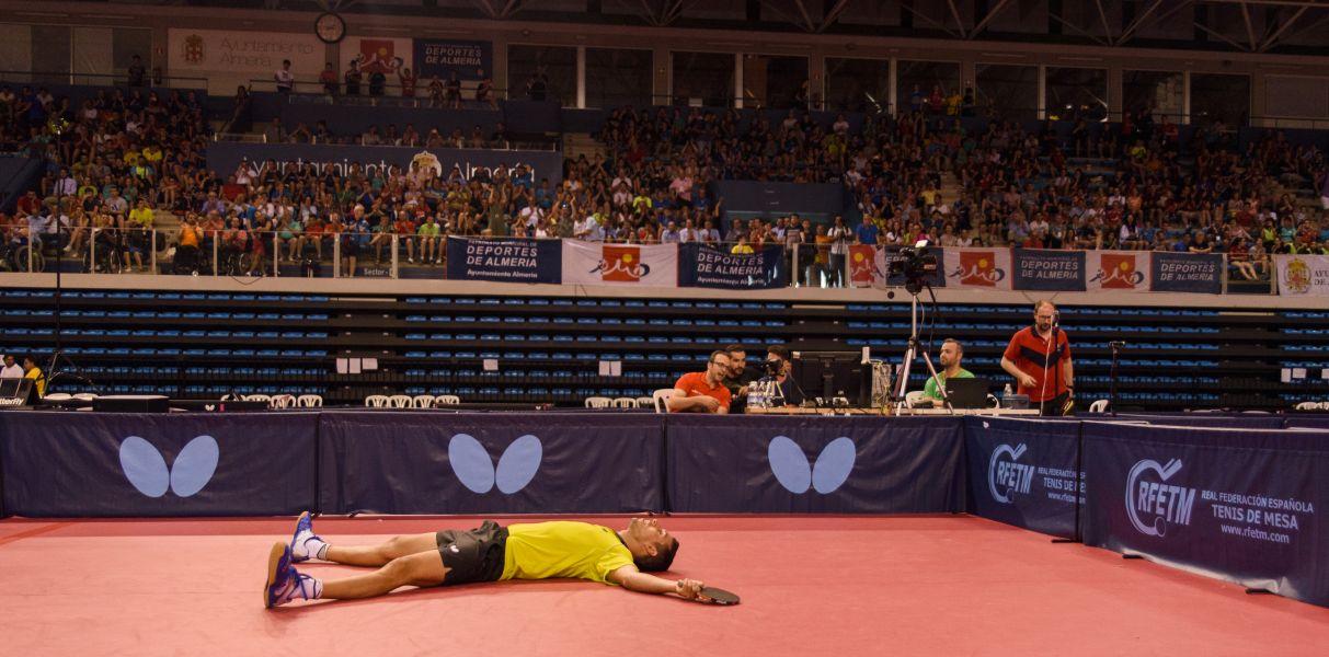 Álvaro Robles cae al suelo tras ser Campeón de España de Tenis de Mesa