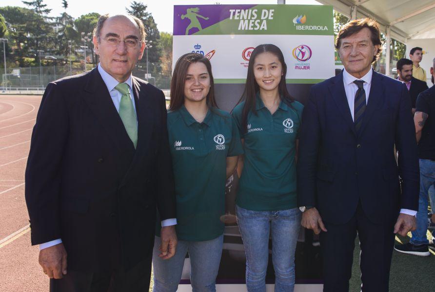 Ignacio Galán y Jose Ramón Lete, junto a las deportistas de Tenis de Mesa