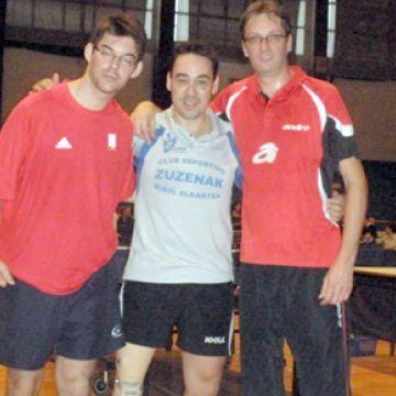 David Alonso, en medio con sus compañeros de equipo: Marc Ledoux, a la izquierda y a la derecha, Nico Vergeylen.