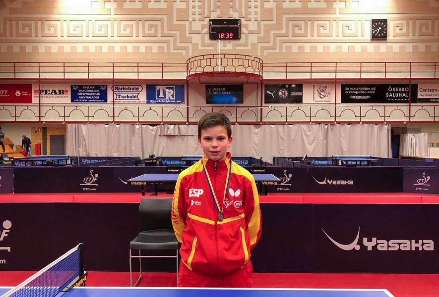Daniel Berzosa con la medalla de plata del  ITTF Swedish Junior & Cadet Open 2018