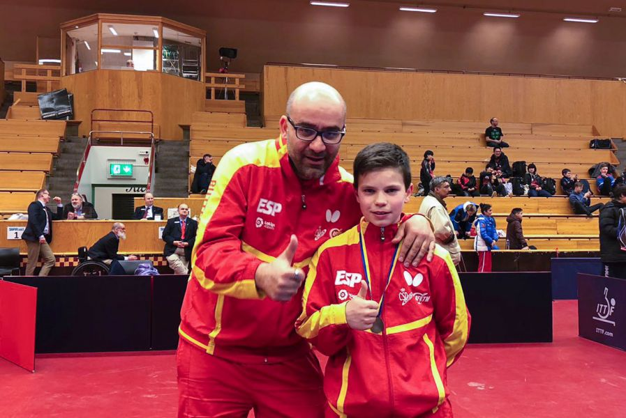 Daniel Berzosa y Alfredo Carneros, técnico de la RFETM, con la medalla de plata del  ITTF Swedish Junior & Cadet Open 2018