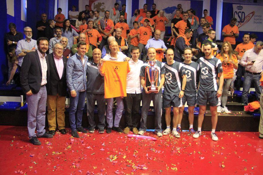 Cajasur Priego TM recibe el trofeo de campeón de la Superdivisión Masculina de Tenis de Mesa