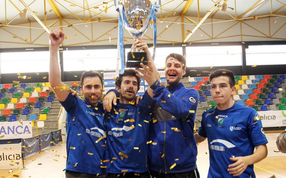 El Visit Pontevedra con la copa de campeones de División de Honor celebrando el ascenso. (Foto: Visit Pontevedra)