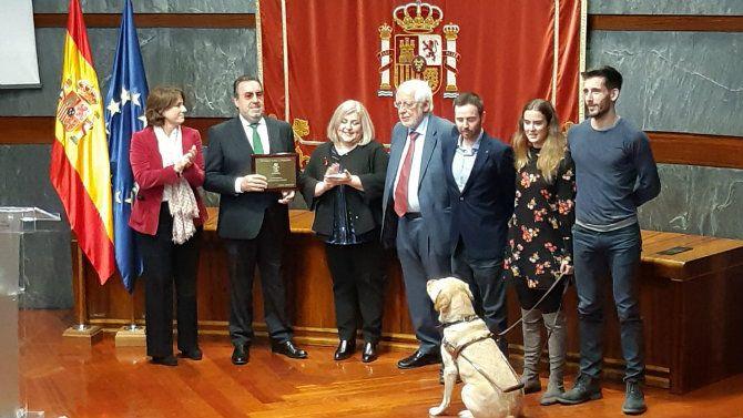 Álvaro Valera, jugador de tenis de mesa, acompaña a Miguel Carballeda a recoger el premio