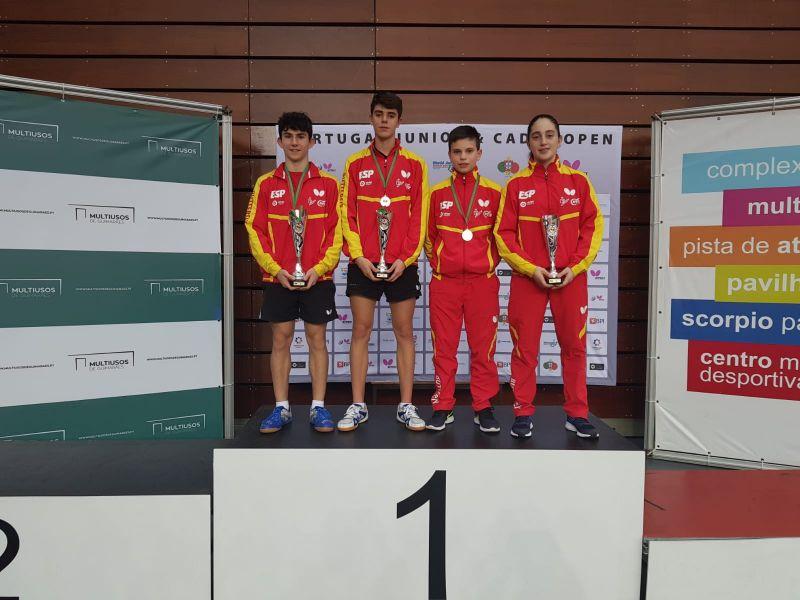 Francisco Miguel Ruiz, Miguel Nuñez y Elvira Fiona Rad, premiados en el ITTF Portugal Junior & Cadet Open 2018, acompañados de Daniel Berzosa.