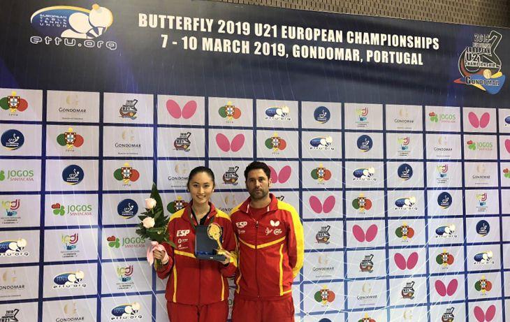Sofía Xuan Zhang y Daniel Torres, técnico de la Selección Española, con la medalla en el Campeonato de Europa Sub21