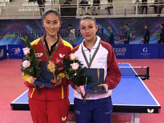 Sofía Xuan Zhang y Audrey Zarif con el trofeo en el Campeonato de Europa Sub21