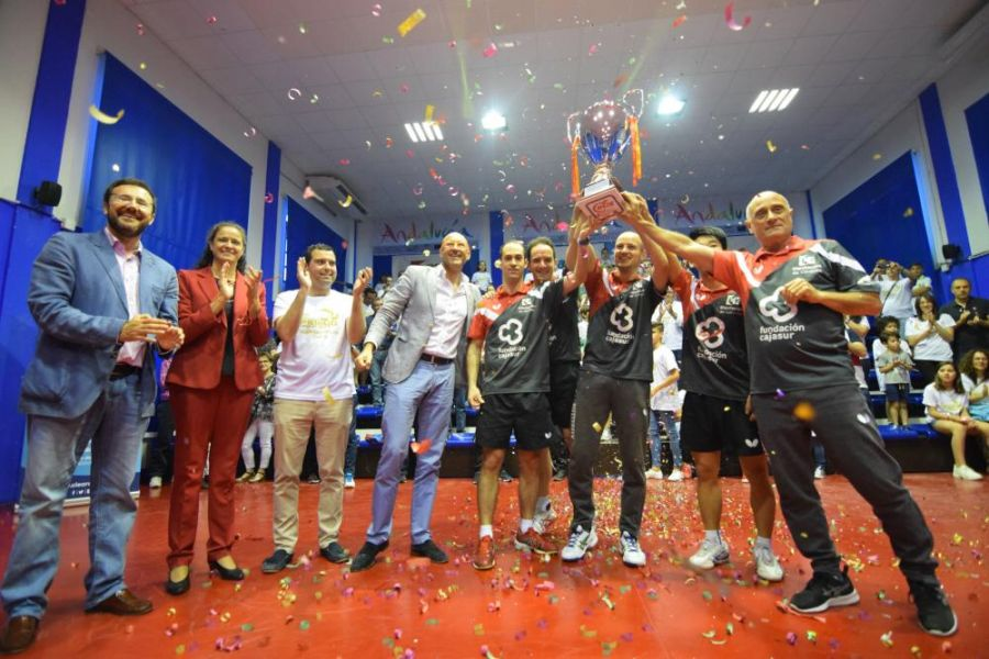 El Cajasur Priego TM con la Copa de Campeones de Liga. (Foto: José Luis Hidalgo)