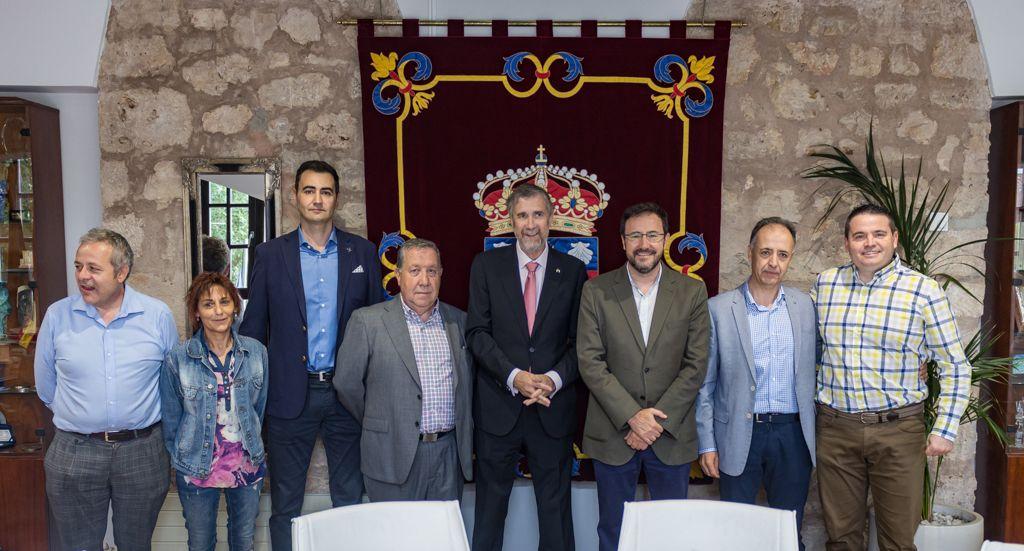 Chema San Miguel, presidente del UBU Tenis de Mesa; Jose Luis Bermejo, presidente de la FTMCL; Manuel Pérez, rector de la Universidad de Burgos; Miguel Ángel Machado, presidente RFETM.