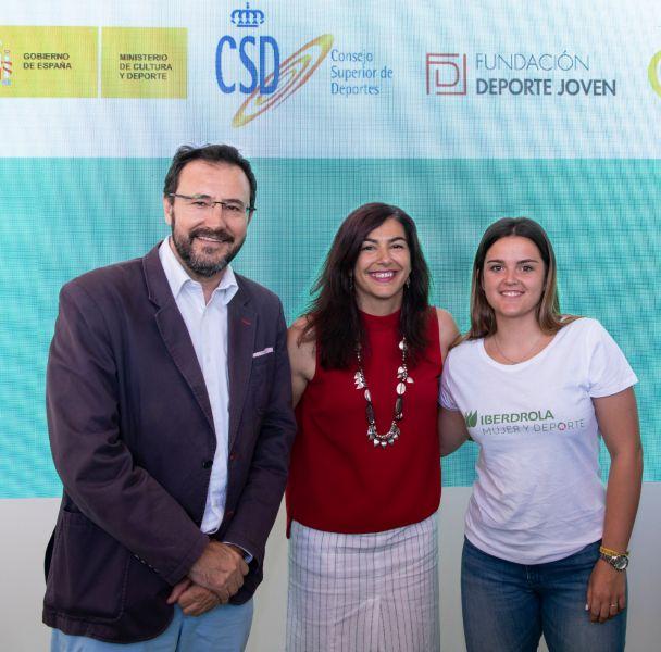 De izquierda a derecha: Miguel Ángel Machado, presidente RFETM; Maria Jose Rienda, presidenta del CSD; Ana García, deportista;