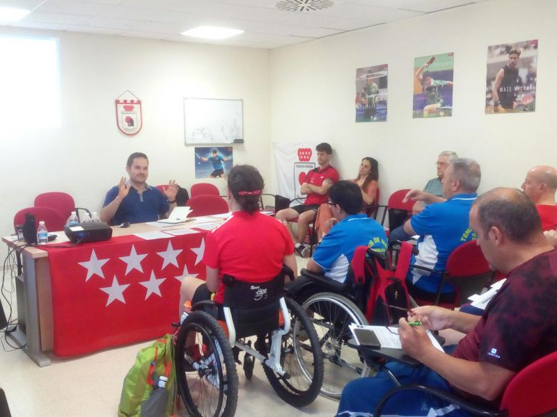 Jordi Morales imparte su charla en la Jornada Formativa de Tenis de Mesa Inclusivo