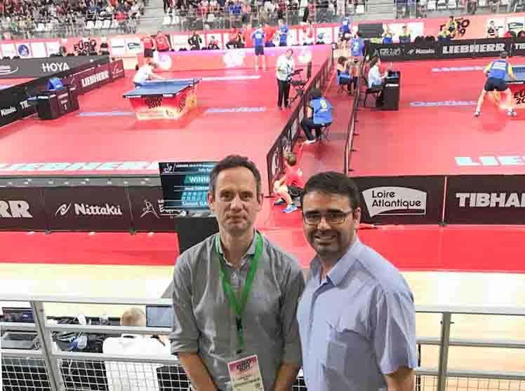 Carlos Zapata, árbitro Blue Badge, y Jesús David Corral, director deportivo de la RFETM, en el pabellón del Campeonato de Europa 2019