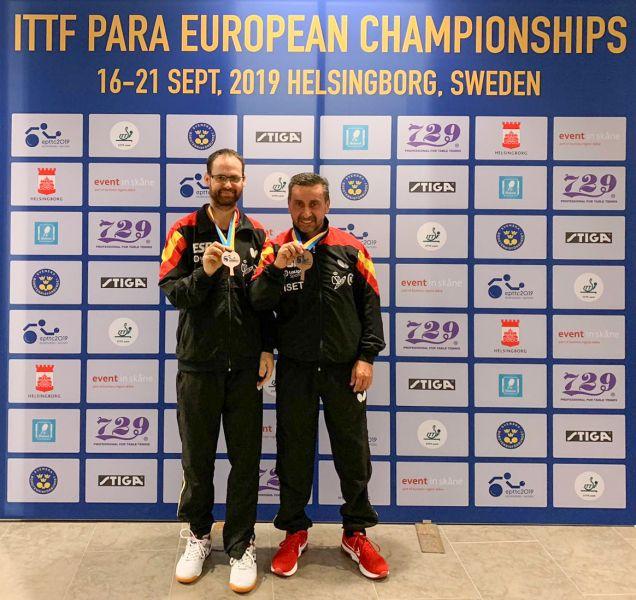 Juan Bautista Pérez y Eduardo Cuesta posan con sus medallas de bronce