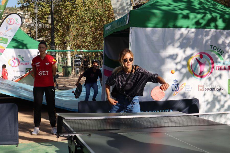 Gente practicando tenis de mesa en el Tour Universo Mujer en Granada