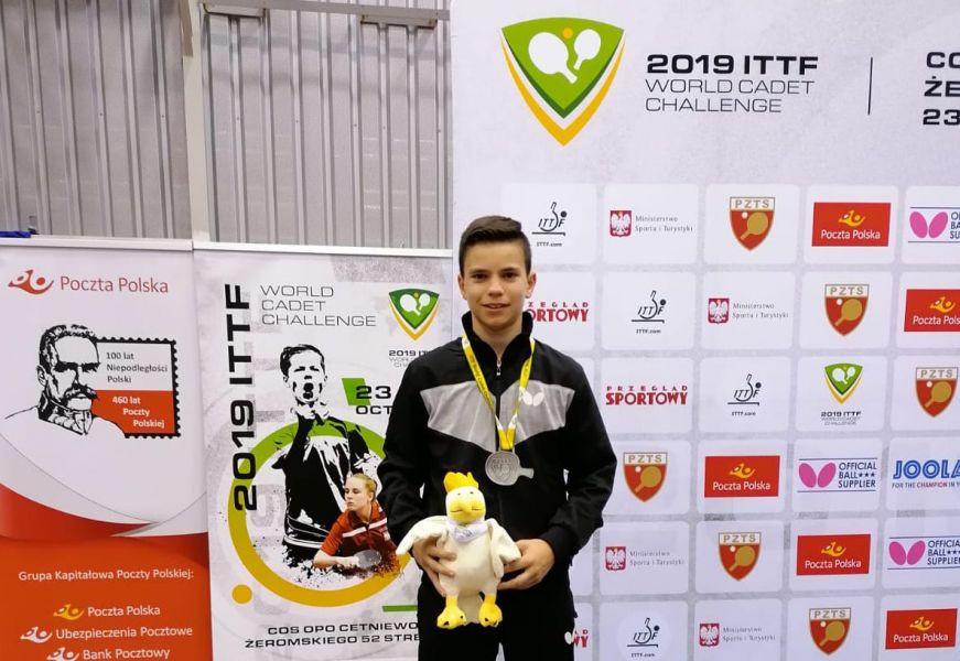 Daniel Berzosa posa con la medalla de plata en el Campeonato del Mundo Cadete 2019