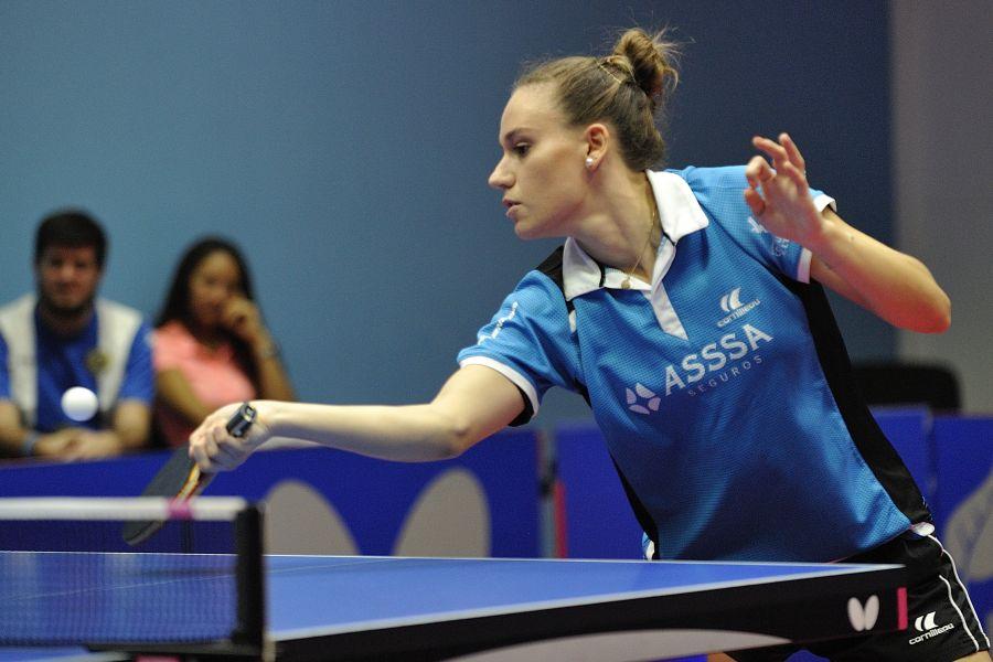 Marina Ñiguez, jugadora de ASSSA Alicante TM disputando el partido de ida en la Sala Jose Jaime Murcia de Alicante.