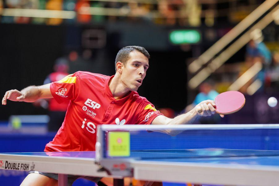 Alvaro Robles golpeando de derecha (Foto: ITTF)