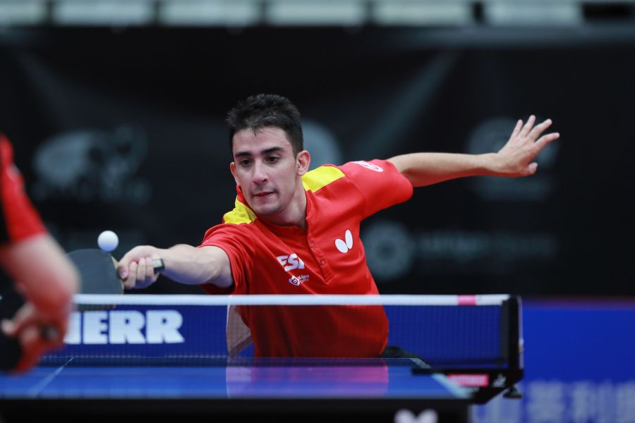 Carlos Caballero golpeando de derecha (Foto: ITTF)