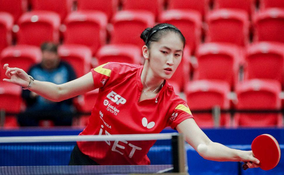 Sofía-Xuan Zhang golpeando de derecha (Foto: ITTF)