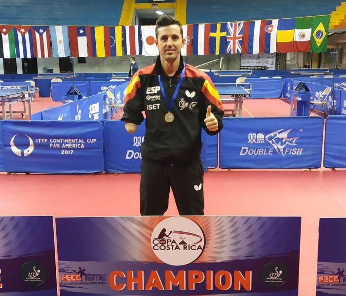 Jose Manuel Ruiz posa con la medalla de oro en el podio de la Copa Costa Rica (Foto: RFETM)