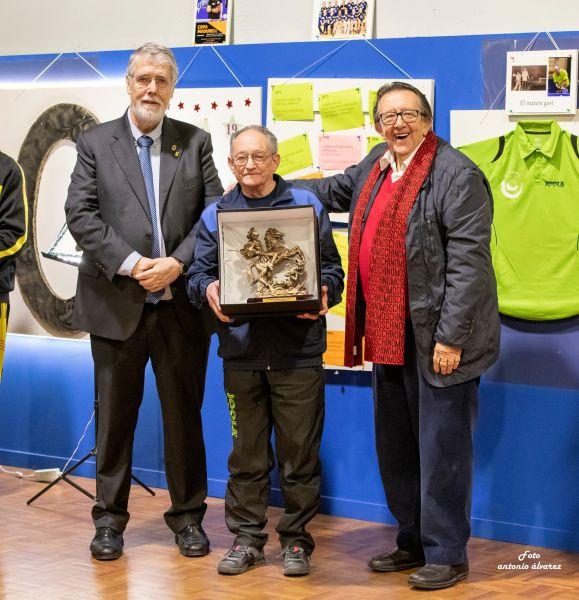 Jordi Prat y Joan Arnau entregan un galardón a Josep Madurell