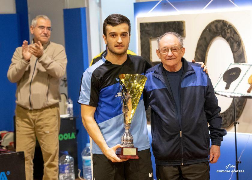 Joan Masip, campeón de la I Copa Madurell, recibe el premio de manos de Josep Madurell