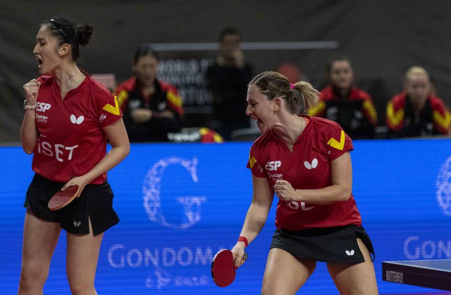 Galia Dvorak y Sofía Xuan Zhang celebrando un punto en el dobles inicial en el PreOlímpico Mundial Por Equipos